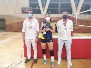 Il capitano Martina Cei col trofeo insieme all'assessore allo sport del comune di Gambassi Terme Edoardo Cappelli e al consigliere FIPAV Tiziano Silei.